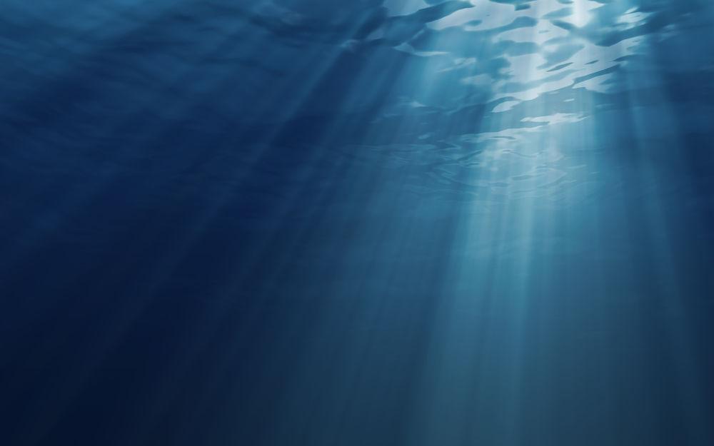 Лучи, пробиваются сквозь толщу воды